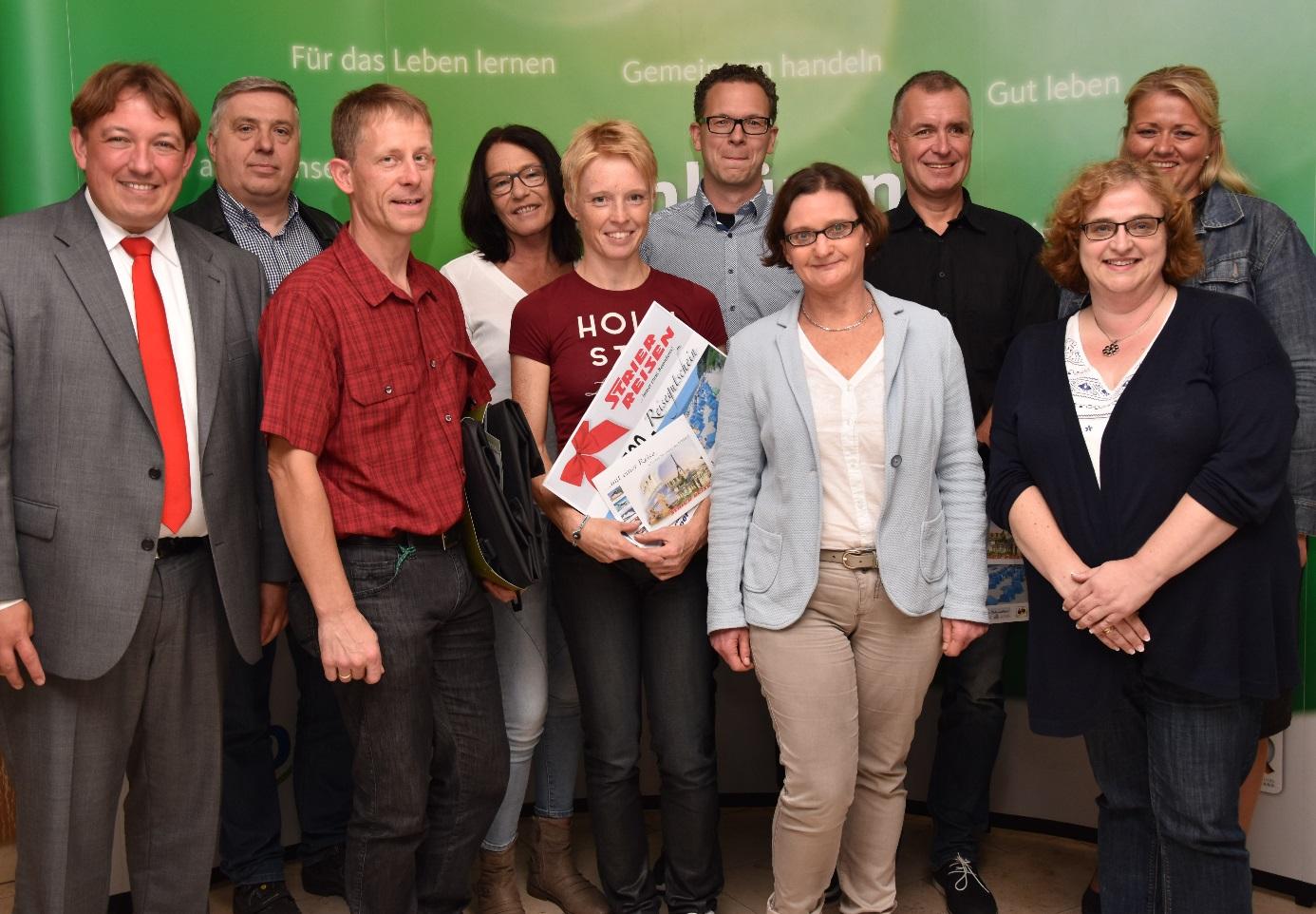 Michael Schrameyer (2.v.links vorne), Anne Krabbe (3.v.links vorne) und Rolf Bauschulte (2.v.rechts hinten), die drei aktivsten Radfahrer von STADTRADELN in Ibbenbüren, freuen sich über ihre Preise. Die Veranstalter und Sponsoren der Aktion, Bürgermeister Dr. Marc Schrameyer (1.v.links), Franz-Josef Feldkämper/Zweirad Feldkämper (2.v.links hinten), Sigrid Meyer/Owerfeld & Meyer (3.v.links hinten), Thomas Strier/Strier Reisen (4.v.links hinten), Verena Ridder/Stadtmarketing Ibbenbüren GmbH (rechts hinten), Birgit Kolmer/Fahrradbörse (rechts vorne) und Sabine Simikin-Escher/Stadtmarketing Ibbenbüren GmbH (2.v.rechts) gratulieren zu den Leistungen.
